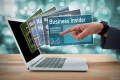 Image composée d'homme d'affaires faisant des gestes à l'écran 3d d'ordinateur portable Images libres de droits