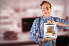 Image composée d'homme d'affaires geeky montrant son PC de comprimé photographie stock libre de droits