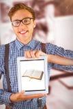 Image composée d'homme d'affaires geeky montrant son PC de comprimé images libres de droits