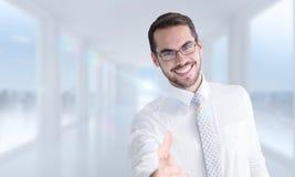 Image composée d'homme d'affaires heureux avec des verres offrant la poignée de main photographie stock libre de droits