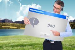 Image composée d'homme d'affaires heureux avec l'écouteur présentant un panneau Photo stock