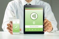 Image composée d'homme d'affaires montrant le PC et le smartphone de comprimé Images libres de droits