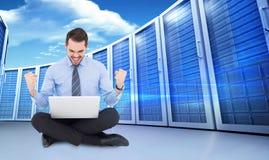 Image composée d'homme d'affaires se reposant avec son encourager d'ordinateur portable Image stock