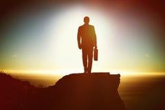 Image composée d'homme de silhouette tenant la serviette tout en marchant Photo libre de droits