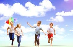 Image composée d'intégral du garçon tenant le cerf-volant fonctionnant avec des amis Photo libre de droits