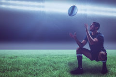 Image composée d'intégral du joueur de rugby attrapant la boule avec 3d Photographie stock libre de droits