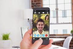 Image composée d'ordinateur portable sur le bureau avec les verres et le bloc-notes Images stock