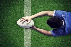 Image composée d'un joueur de rugby marquant un essai Images stock