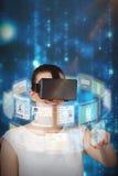 Image composée de belle femme imaginant avec le casque 3d de réalité virtuelle Photo stock