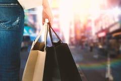 Image composée de belles femmes de brune tenant des sacs Photo libre de droits