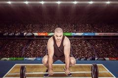 Image composée de bodybuilder soulevant les poids lourds de barbell Image stock