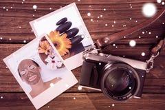 Image composée de brune de sourire obtenant un massage facial de traitement de boue près de la cuvette de fleurs Image libre de droits