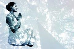 Image composée de brune satisfaite dans la séance blanche dans la pose de lotus photos stock