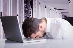 Image composée de chef de sommeil épuisé d'homme d'affaires sur l'ordinateur portable image stock