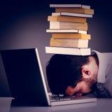 Image composée de chef de sommeil épuisé d'homme d'affaires sur l'ordinateur portable images libres de droits