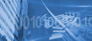 Image composée de code binaire sur l'écran numérique Photos libres de droits