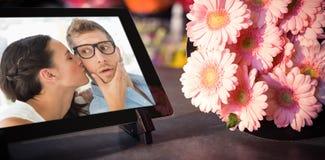Image composée de comprimé numérique avec les fleurs roses Photo libre de droits