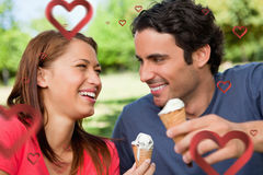 Image composée de deux amis riant tout en tenant la crème glacée  Image libre de droits