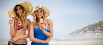 Image composée de deux femmes mangeant la crème glacée  Photos stock