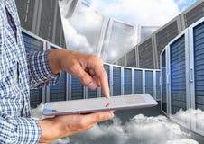 Image composée de Digital d'homme d'affaires utilisant le comprimé numérique contre la tour de serveur Images stock