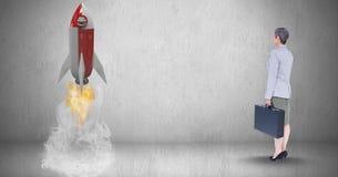 Image composée de Digital de femme d'affaires tenant la serviette et regardant le lancement de fusée se tenant prêt Image stock