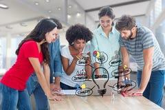 Image composée de Digital des étudiants universitaires à l'aide de l'ordinateur portable avec de diverses icônes dans l'universit Images stock