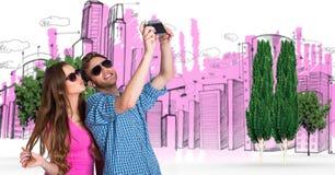Image composée de Digital des couples prenant le selfie avec des bâtiments et des arbres à l'arrière-plan Images libres de droits