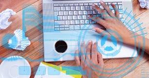 Image composée de Digital des mains utilisant l'ordinateur portable sur la table en bois Photos libres de droits