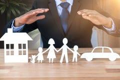Image composée de famille protectrice de garant en papier avec ses mains image libre de droits