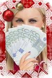 Image composée de femme aux yeux verts tenant 100 billets de banque d'euros Photographie stock libre de droits