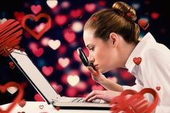 Image composée de femme d'affaires dactylographiant et regardant par la loupe Images stock