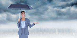 Image composée de femme d'affaires de sourire tenant le parapluie Photos stock