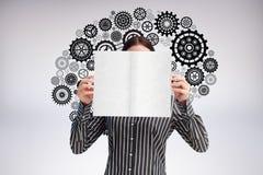 Image composée de femme d'affaires montrant une carte blanche devant son visage Image libre de droits