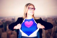 Image composée de femme d'affaires ouvrant son style de super héros de chemise Photographie stock libre de droits