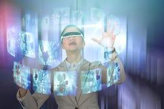 Image composée de femme d'affaires portant les lunettes visuelles virtuelles photo stock