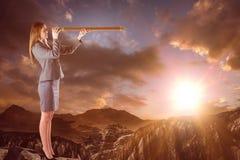 Image composée de femme d'affaires regardant par un télescope Photographie stock