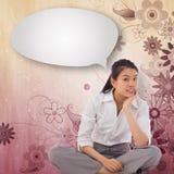 Image composée de femme d'affaires reposant la pensée à jambes croisée avec la bulle de la parole Image libre de droits