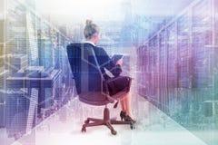 Image composée de femme d'affaires se reposant sur la chaise pivotante avec le comprimé image libre de droits