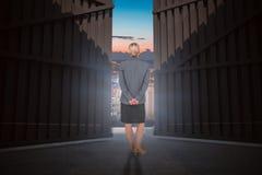 Image composée de femme d'affaires se tenant avec des mains derrière 3d arrière Image libre de droits