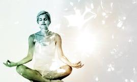Image composée de femme d'ajustement faisant le yoga images libres de droits
