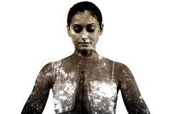 Image composée de femme paisible dans la séance blanche dans la pose de lotus Photographie stock libre de droits