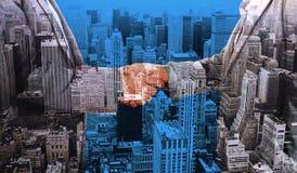Image composée de fin sur deux hommes d'affaires se serrant la main Image libre de droits