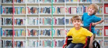 Image composée de garçon heureux poussant l'ami sur le fauteuil roulant Image libre de droits