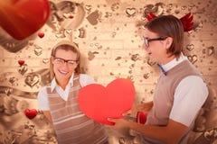 Image composée de hippie geeky offrant le coeur rouge à son amie Image stock
