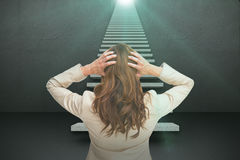 Image composée de jeune femme d'affaires chique avec des mains sur la tête se tenant de nouveau à l'appareil-photo 3d Photo libre de droits