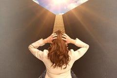 Image composée de jeune femme d'affaires chique avec des mains sur la tête se tenant de nouveau à l'appareil-photo 3d Images stock