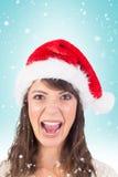 Image composée de jeune femme dans le hurlement de chapeau de Santa photographie stock libre de droits