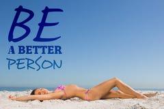 Image composée de jeune femme mince posant tandis que se baigner de soleil Images libres de droits