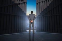 Image composée de jeune homme d'affaires se tenant avec des mains derrière 3d arrière Photos stock