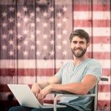 Image composée de jeune homme d'affaires utilisant l'ordinateur portable Photographie stock libre de droits